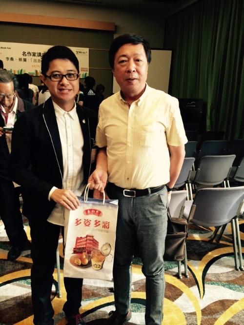 蘋果101执行董事黄引辉(左)赠送纪念品予是日主持人何亮亮。