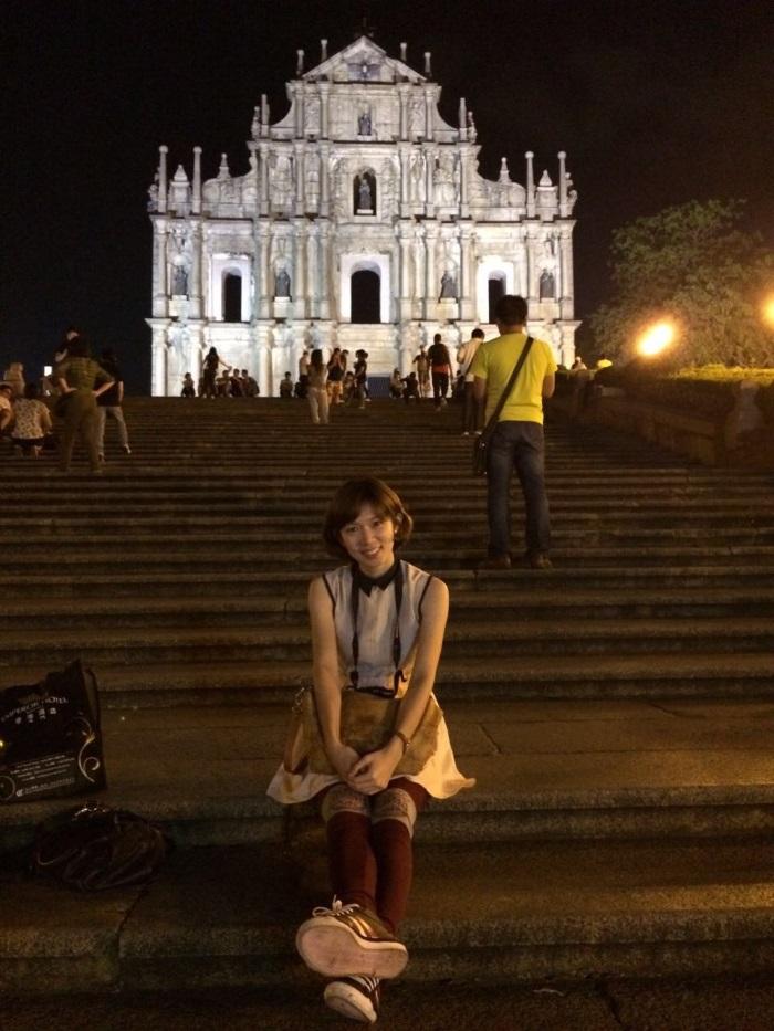 大三巴牌坊是象征着澳门的地标,相比白天,我较喜欢夜晚的大三巴牌坊,人潮少了,昏黄灯光营造出宁静舒适的氛围,让人不自由主地坐在石阶上休息,闲聊。