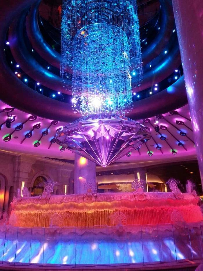 以孔雀羽毛為設計靈感的「澳門銀河」酒店大堂中央,有一個巨大的「運財銀鑽」。高達3米的璀璨巨鑽在水幕中央緩緩旋轉,隨即落在仿輪盤設計的噴水池中,寓意財來運轉。