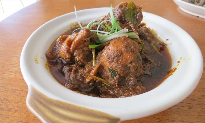 仁当鸡 掌舵人婆婆和马来邻居的友好,经由这道菜传承下来了。吃起来香而不辣,是笔者是日最爱。