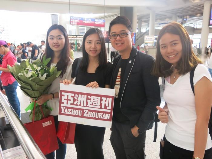 《亚洲周刊》两位代表与蘋果101执行董事黄引辉(右二)及广告及宣传助理李淑娴(右一)合影。