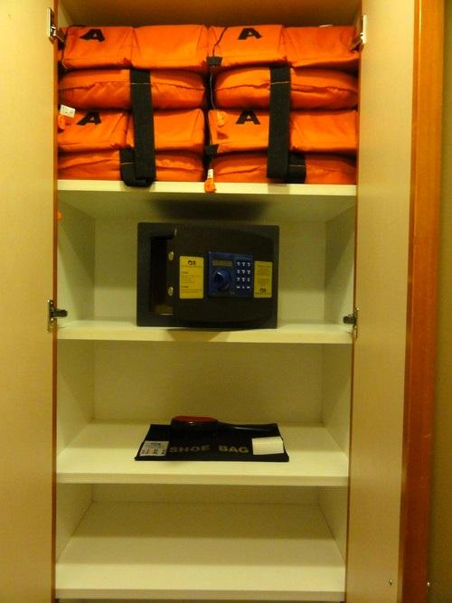 救生衣,保险箱,是舱房基本的安全设施。