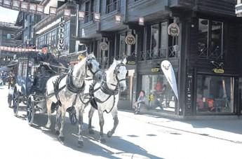 策马特多年前经当地民众公投后,禁止车子开入,镇上只容许电动小巴及马车。