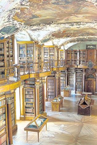 修道院图书馆是洛可可风格,富丽堂皇,是我见过的最美丽的图书馆。 (照片为圣加仑旅游局提供)