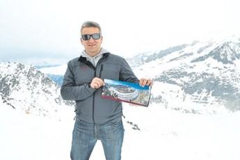 度假村市场经理马里欧拿着图,展示阿莱奇冰川夏天时不一样的风景。