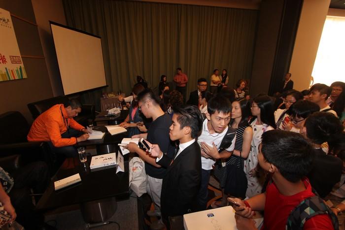 讲座结束后,要求李桑签书的读者排了长长的队伍,反应热烈。