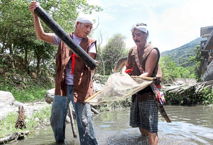 1 Aborigines catching fish in a pond at Shin-Liu farm. This picture won second place in the 'Sky and Earth' theme.