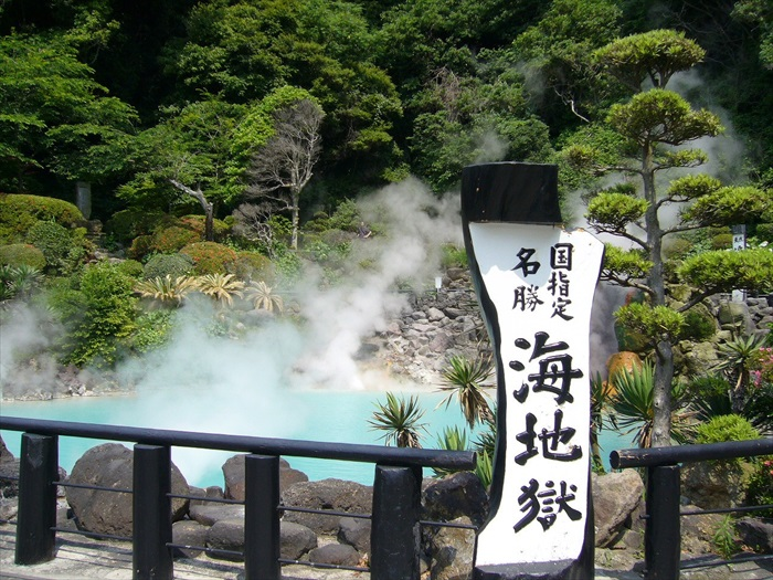 Boiling blue water onsen!