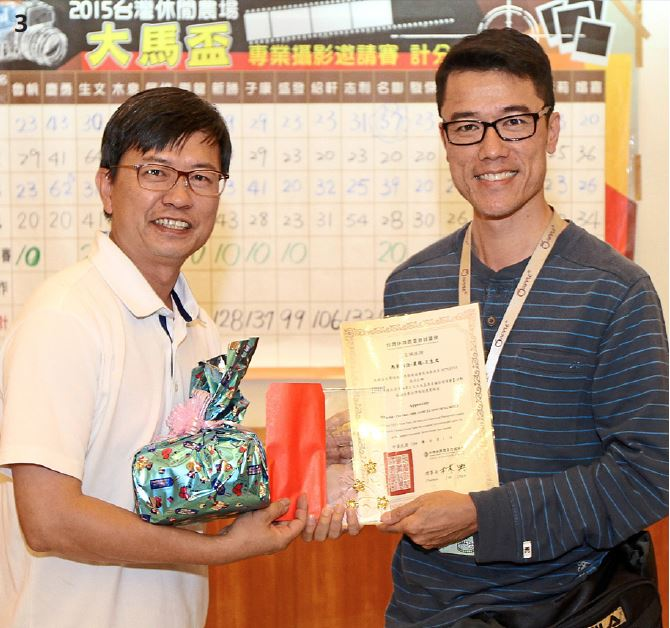 Ong (right) receiving his prizes from Taiwan Leisure Farming Development Association secretary general Yu Wen Horng.And this was only Ong's first competition!