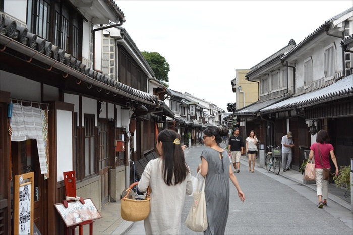 Walk along the many preserved shops of Kurashiki old street and residences, where the Kurashiki rivers flow through and lined with willow tress.