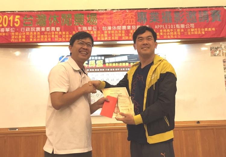 """""""2015台湾休闲农场大马杯专业摄影邀请赛""""第四名,《探世界》张庆勇(右)。"""