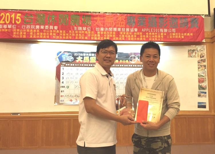 """""""2015台湾休闲农场大马杯专业摄影邀请赛""""第四名,《吃风》谢名彬(右)。"""