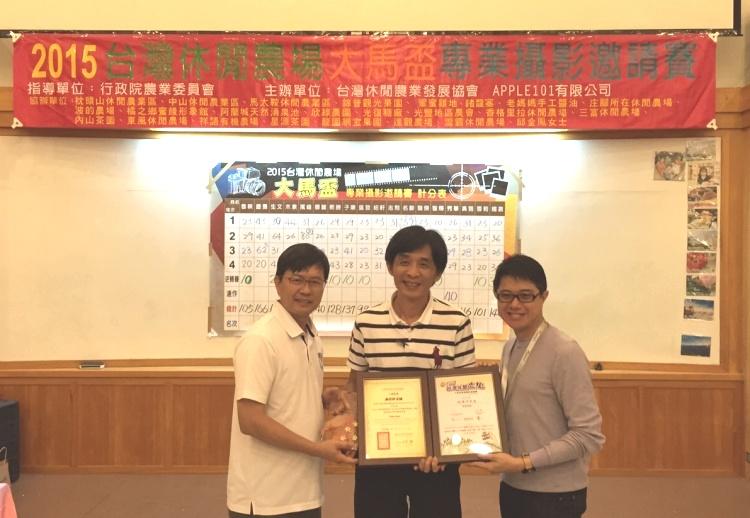 游文宏(左)与蘋果101執行董事 黄引辉(右)赠送纪念品与感谢状予台湾评审,谢礼仲老师(中)。