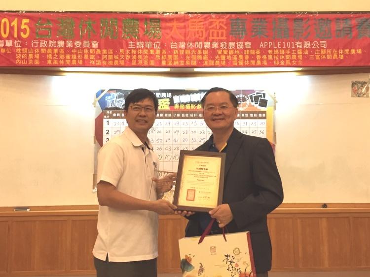 游文宏(左)赠送纪念品与感谢状予评审,谢礼仲老师(中)。