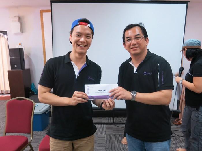 恭喜蓝队以最高分胜出!奖礼由蓝队队长John从蘋果欧美董事经理,李国良(Raymond Lee)手中接获。