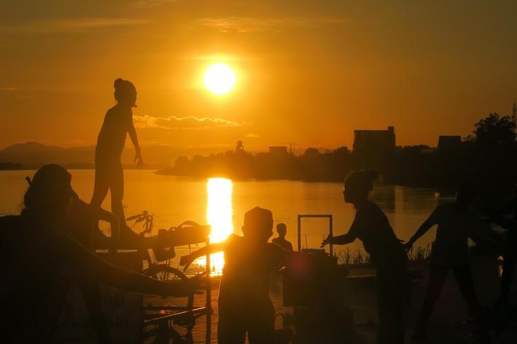 老挝人口7百万不到,年轻化是本钱;在湄公河畔美丽夕阳的衬托下,年轻人起飞了。