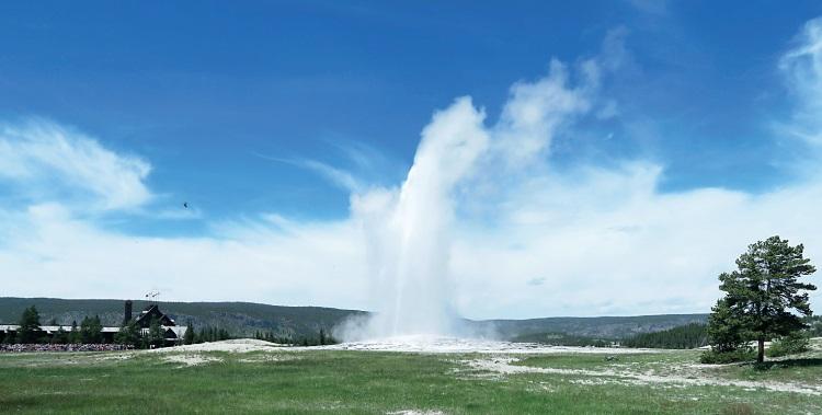 间歇喷泉,每小时喷出千度热水,是黄石国家公园的最大台柱。