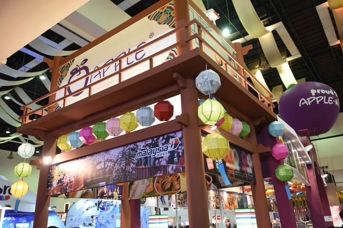 韩国展摊以多种色彩灯笼做装饰。
