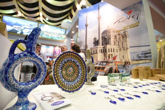 土耳其展摊展示多种工艺品,欢迎民众前来了解土耳其人的独有文化。