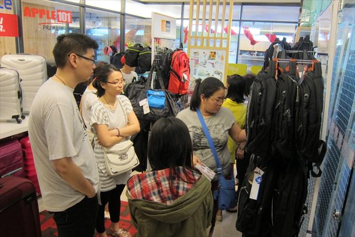各种旅游精品、特价行李箱依旧广受欢迎!