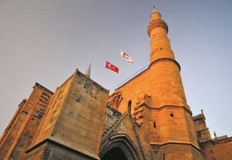 天主教躺外观的塞利米耶清真寺。