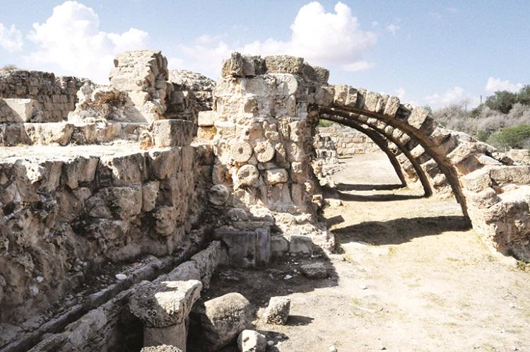古城岑经被掩埋在地底,被挖掘后虽然仅剩残缺不堪的墙壁,却依稀能够感觉到古代的辉煌。