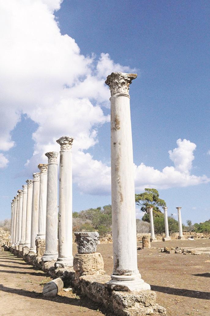 罗马柱子,如果你站在柱子的中间,可以发现这些柱子完全是整齐的一排,一丝一毫都没有出错,不禁对古人的智慧感到惊讶。