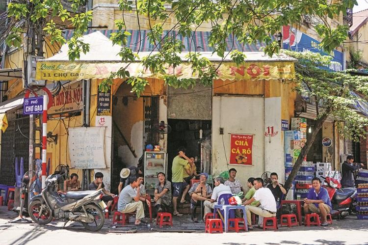 越南男人很清闲,大家密密麻麻坐在街边聊天、休息。