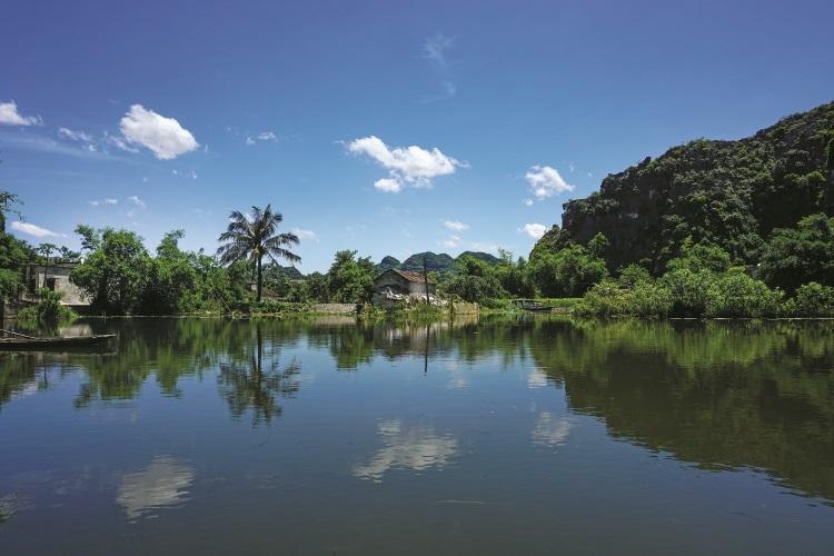 划船悠游于蜿蜒的小河感觉十分写意。