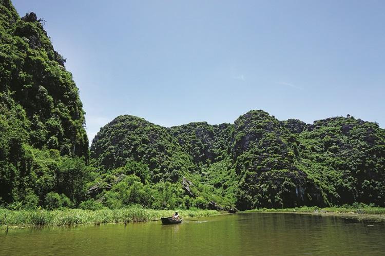 陆龙湾的美在于山谷间长满翠绿稻田。