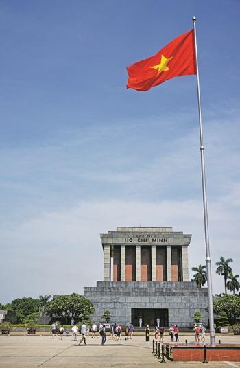 越南国旗在巴亭广场上飘扬。