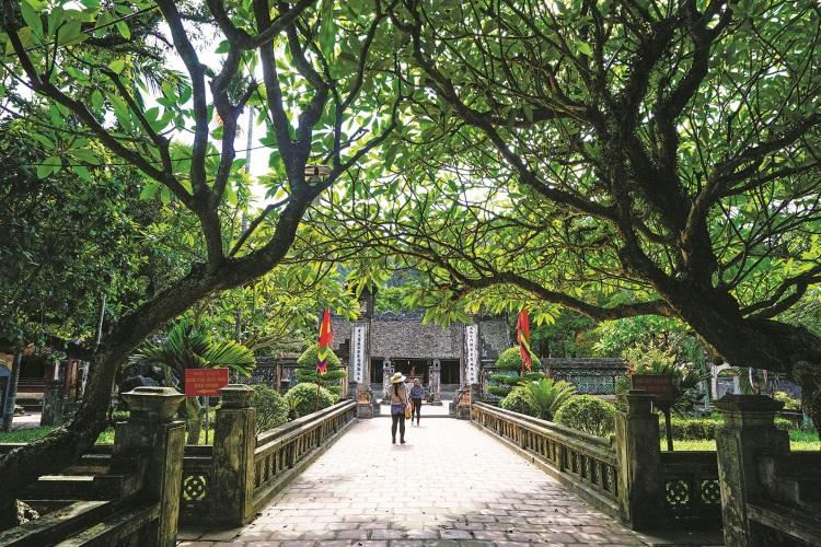 夏日炎炎参观华闾寺让人汗流浃背,所幸这里周围被树木包围,气温很快就凉快下来了。