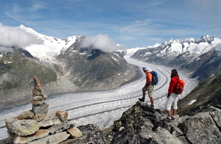 其实夏天看阿莱奇冰川会比较清楚看到璀璨的冰河孤线。