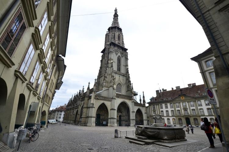 伯尔尼大教堂 (Muenster) 始建于1421 年, 花费了近一个世纪才完成。19 世纪末,教堂顶端修建了高度为100 米的尖塔,成为瑞士最高的教堂。