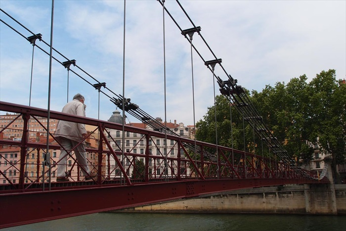 里昂被索恩河从中切了一半,东边是新区,西边是老城。