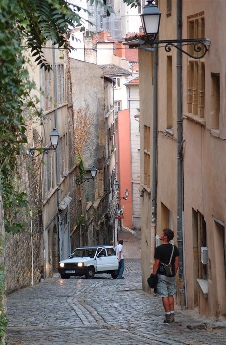 老城坐落在山上,每天都必须走很陡斜的山坡。