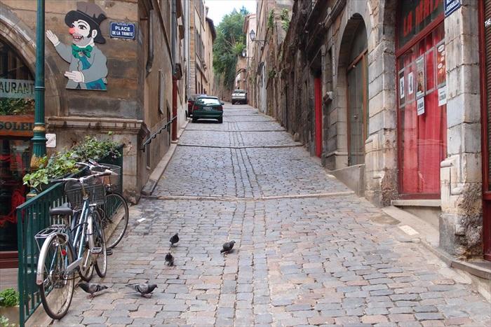 不解的是,古城那么大,居民那么多,街道却很安静,不见路人。