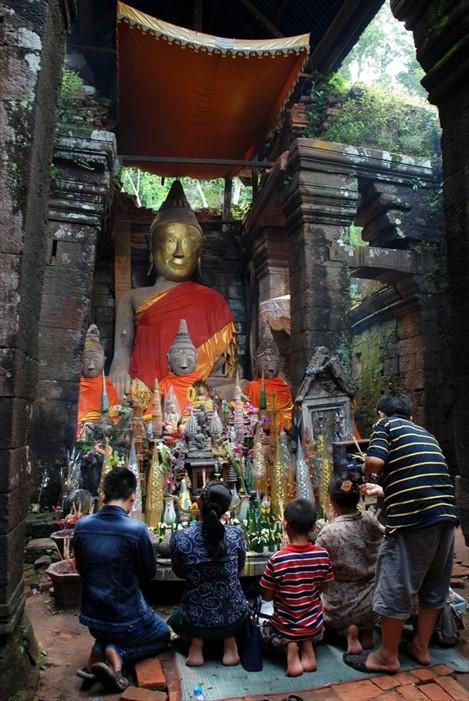 在瓦普寺主殿进行膜拜。