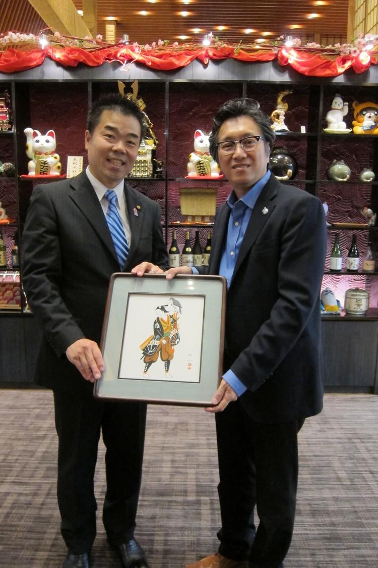 由滋贺县知事-三日月大造(左),赠送纪念品予蘋果旅遊董事经理拿督斯里许育兴(Koh san)。