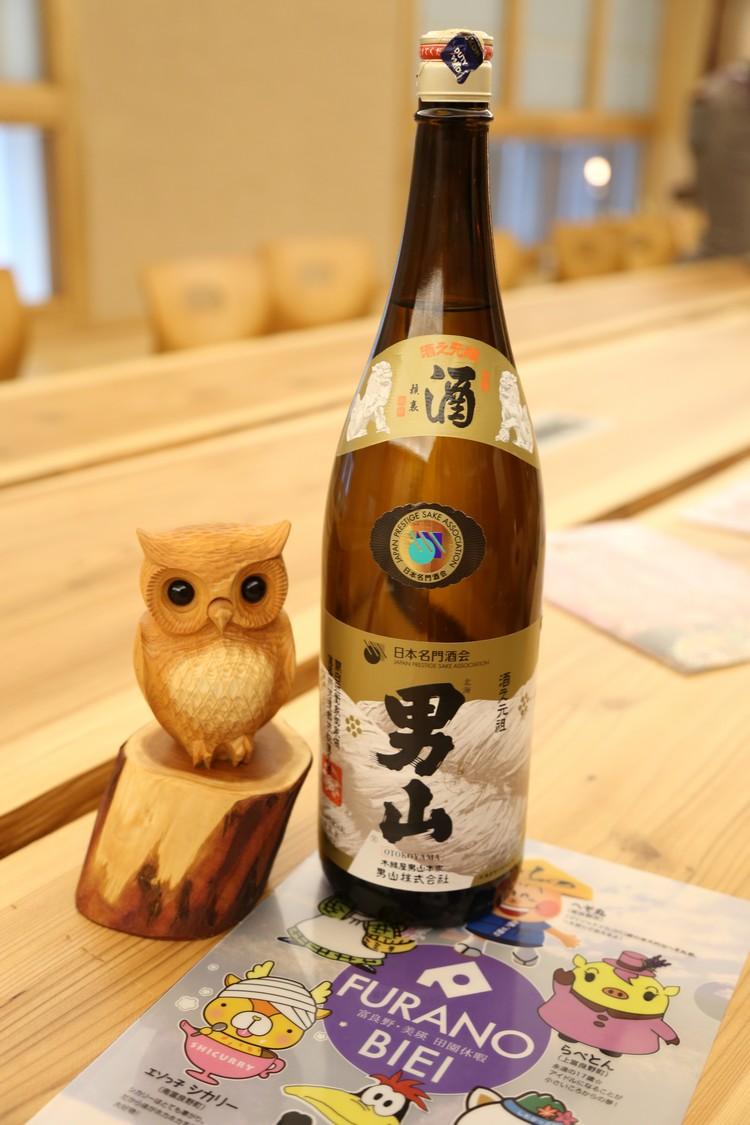 由富良野市长,能登芳昭,赠送纪念品给蘋果旅遊。