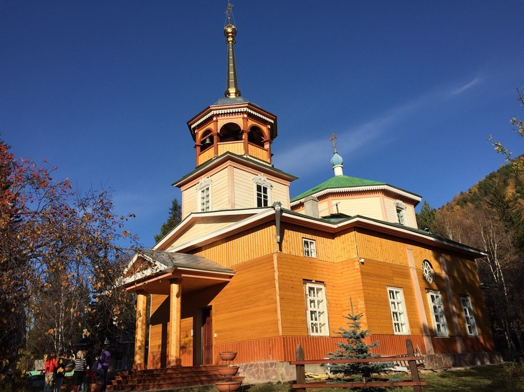 湖旁的东正教木制教堂,守护者贝加尔湖。