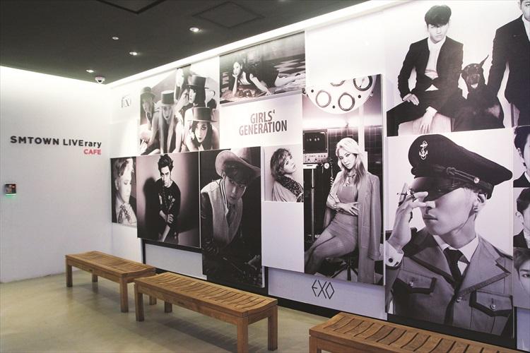 "SM Town LIVErary Cafe 外面有艺人明星们的""踪影""。"