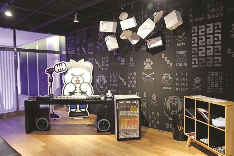 二楼设有Krunk熊的展示馆,设有许多拍照陈列。