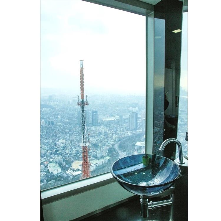 位于海拔350公尺的天空化装间比一般洗手间更具设计感。