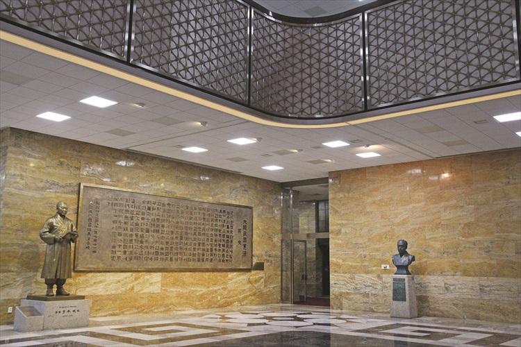 你可把参观国会议事堂纳入旅程中。