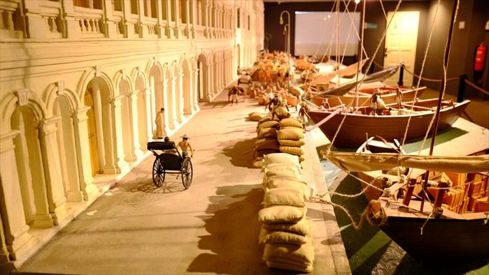 雕刻家邱水辉超大型的微雕作品,表现十九世纪槟城海墘码头的商贸来往盛况,细节讲究,少一点耐力都不行。