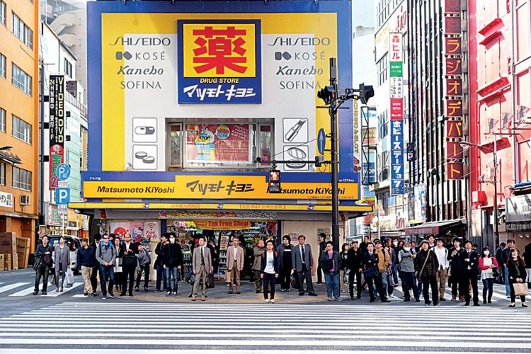 """现今人们只要到日本,无论团体旅游 或自由行,药妆店已成了人人必去的""""朝圣 地"""""""
