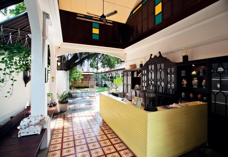 酒店内的入住登记柜台处,无论是格局布置丶设计和色彩运用,散发浓浓的旧时代风情及结合了本地文化和历史色彩。