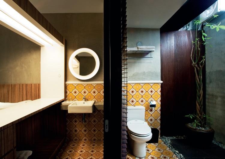 客房内的梳洗和沐浴空间,层次分明,地板上图案具有惹娘文化特色。