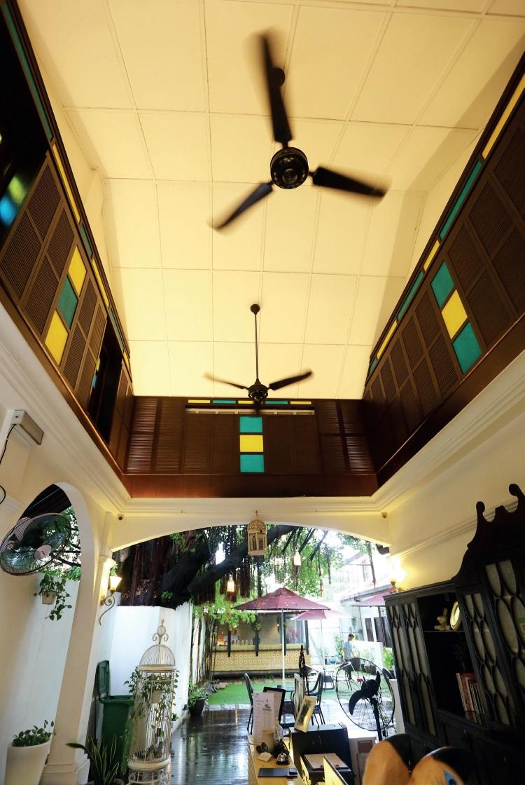 呈约35度倾斜的三角型屋顶,融合了东丶西方设计的格调;升高靠近屋顶的褐色木板格子窗口特别加上蓝黄色调,具有复古特色。